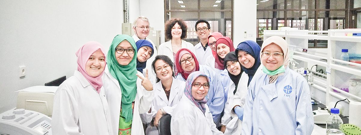 HZI researchers Joachim Wink (back left) and Kathrin Mohr (back middle) teaching a laboratory training course in Indonesia. Image: Rina Andriyani